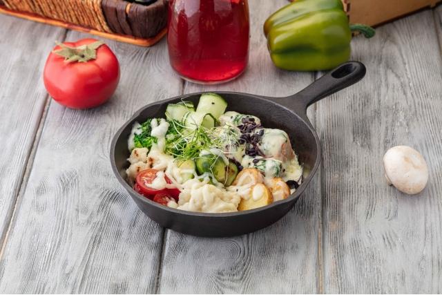 Лосось с овощами в сливочном соусе
